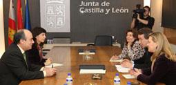 Reunión entre Juárez y Redondo ayer, con la presencia de la consejera de Hacienda, Pilar del Olmo.