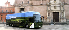 Autobús de Iberdrola en la Plaza Mayor de la Hispanidad, frente a la fachada de la Colegiata de San Antolín