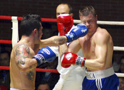 Chuchi López golpea a su rival Aitor Nieto en un reciente combate