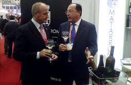 El ministro de Industria, Miguel Sebastián, y el presidente del Grupo Matarromera, Carlos Moro, degustan un vino blanco de Rueda, un Emina fabricado por la compañía