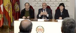 Carnero (centro) da cuenta de la firma del convenio entre la Diputación, Cruz Roja y Cáritas.