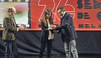 Leticia Dolera recibe el Roel de Actriz del Siglo XXI de manos del concejal de Hacienda, Jesús Hernando