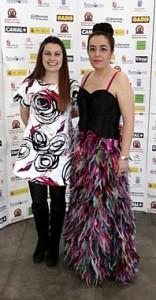 La presentadora Noelia Romo y Esther Noriega, diseñadora de su traje de gala, posan en el 'photocall'