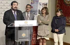 De izquierda a derecha Carlos García Serrada, Alejandro García Sanz y Teresa López durante la presentación de 'Mundo Cofrade 2013'.