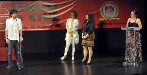 Josecho de Linares, Roel de Oro por 'Mi ojo derecho', junto a la alcaldesa de Medina del Campo, Teresa López, y la concejala de Cultura, Teresa Rebollo. A la dcha la presentadora de la Semana de Cine, Noelia Romo