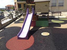 Parque infantil en el casco urbano de Tordesillas.