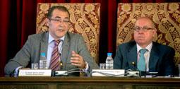 El portavoz del Grupo Popular, Jesús García Galván y el vicepresidente de la Diputación durante el Pleno de hoy.