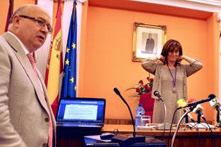 El secretario del Ayuntamiento de Medina del Campo, Miguel Ángel Malagón (izq) durante el Pleno de Investidura de Teresa López (dcha)