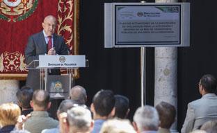 El presidente de la Diputación, Jesús Julio Carnero, explica el nuevo Plan de Transporte ante alcaldes de la provincia.