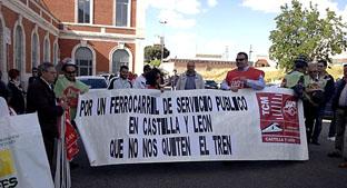 Manifestantes muestran sus pancartas en el exterior de la estación de Medina del Campo.