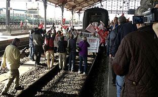 Manifestantes simulan interrumpir el tren situándose en las vías de la estación de Medina del Campo.