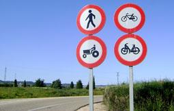 Señal que prohíbe el tráfico de tractores en el único camino alternativo existente.