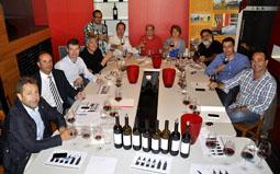 Miembros de Aspace, de la bodega Yllera y un grupo de expertos durante la reunión en la que diseñaron el nuevo 'tinto solidario'.