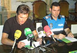 El concejal de Personal del Ayuntamiento de Medina del Campo, Julián Rodríguez Santiago y el jefe de la Policía Municipal, Juan Manuel González, durante la rueda de prensa ofrecida ayer.