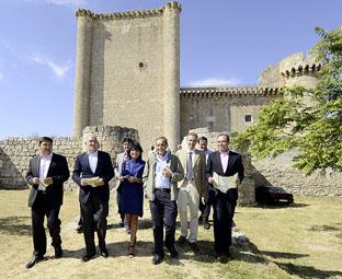 Miembros de la Diputación y creadores de la Ruta pasean por los alrededores del castillo de Villafuerte de Esgueva.