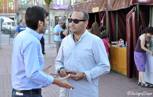 El concejal del PP Luis Carlos Salcedo y el de IU Javier de la Rosa departen en la Plaza Mayor de la villa.