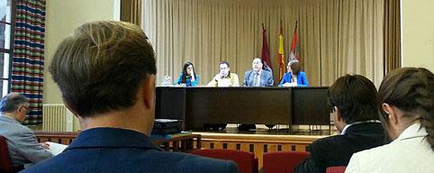 El presidente de la Ruta del Vino de Rueda, Carlos Moro, se dirige a los asistentes a la Asamblea General de la entidad celebrada en el Castillo de La Mota.