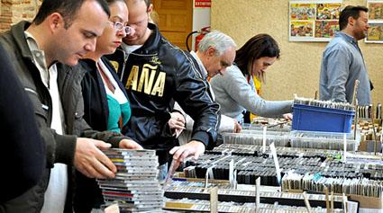 Varios visitantes buscan discos de ocasión en uno de los expositores de la 'Frikiferia'.