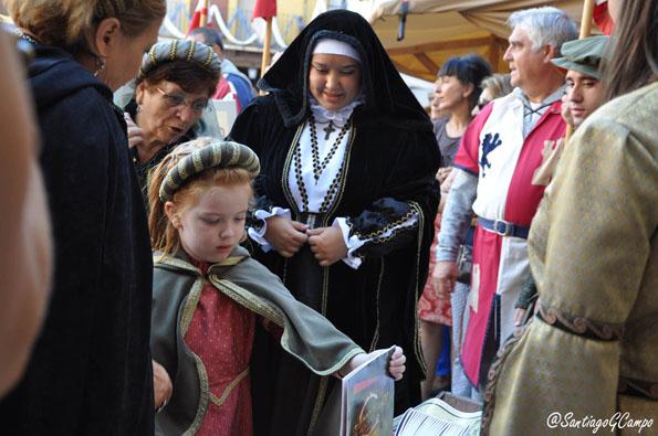 La reina Juana I de Castilla y su hija Catalina visitan a uno de los artesanos del Mercado Medieval.