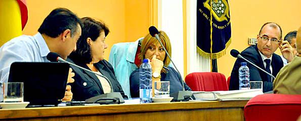 La alcaldesa y el portavoz de Gobierno escuchan al concejal de Hacienda en el Pleno celebrado el luens.