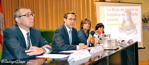El director general de Turismo de la Junta de Castilla y León, Javier Ramírez Utrilla (2º izq.) interviene durante la presentación de la APP.