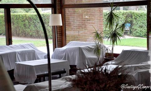 Sofás cubiertos por sábanas en el interior del hotel para evitar el polvo.