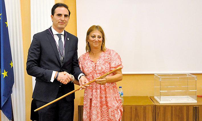 Guzmán Gómez toma el bastón municipal de manos de Teresa López