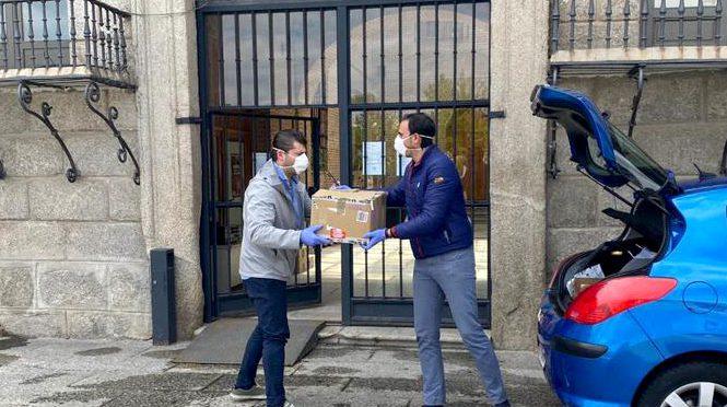 El alcalde y el concejal de Urbanismo en el operativo de distribución de mascarillas.