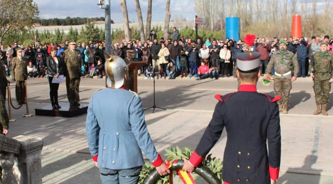 El Ejército traslada el monumento a los caídos con un acto solemne
