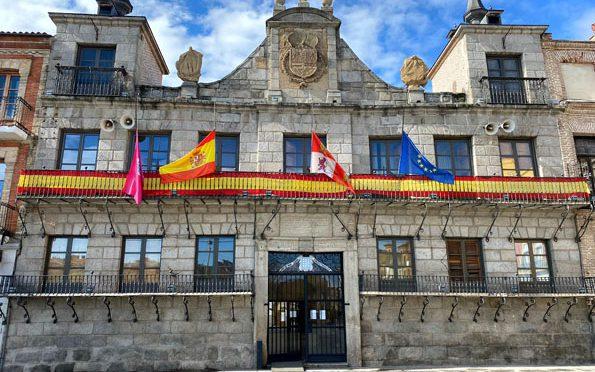 Las banderas de la villa ondean a media asta